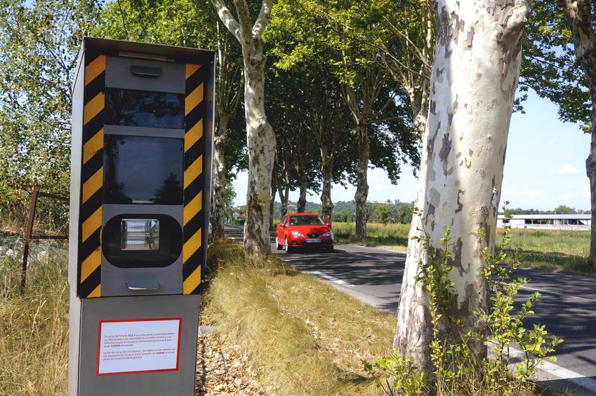 Radar sur route de campagne