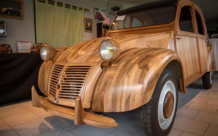 Il a construit une 2 CV en bois !