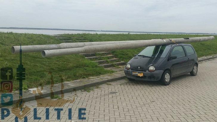 Pays-bas : il vole des lampadaires et charge sa Twingo