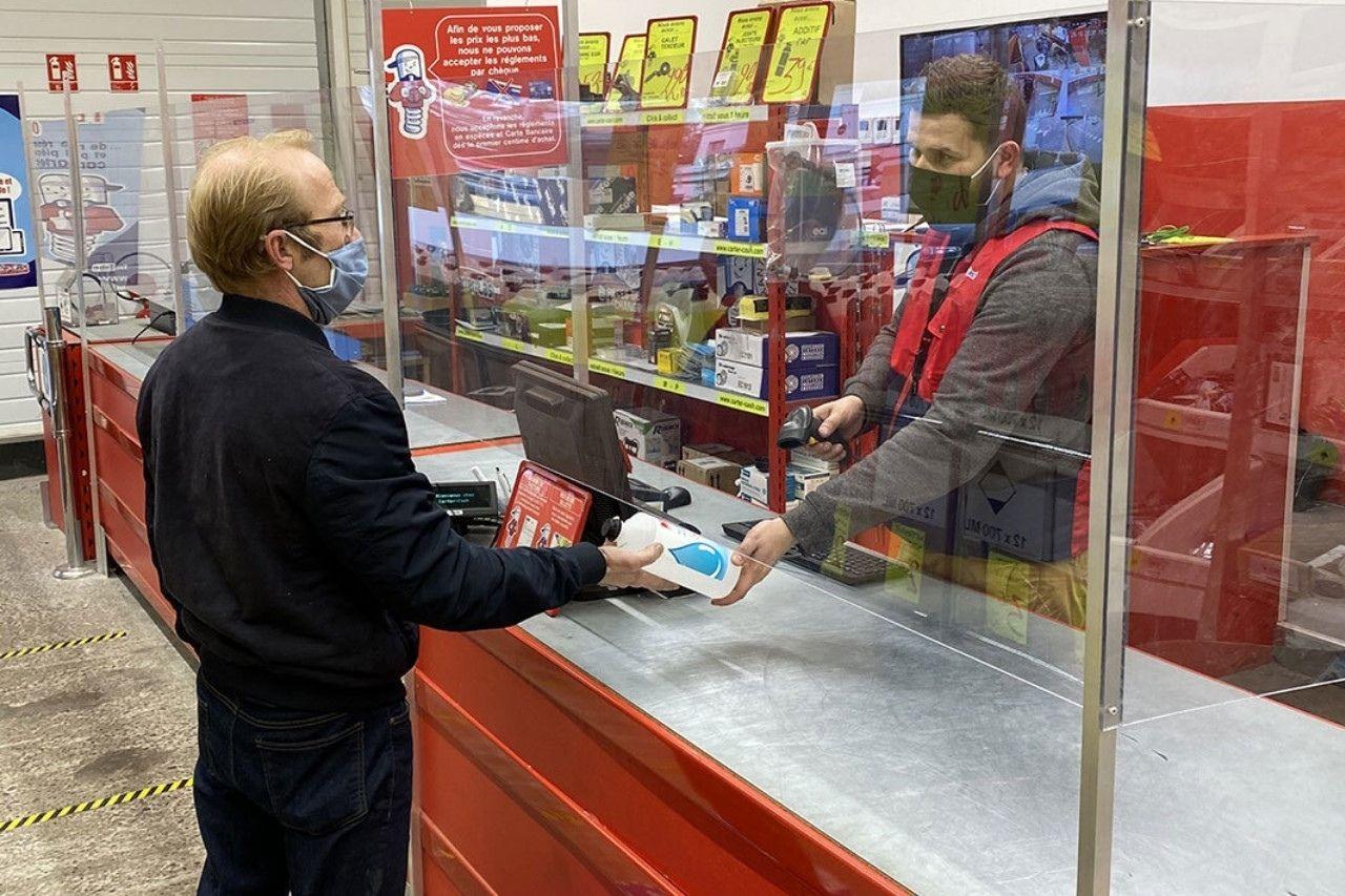 passage en caisse dans un magasin carter-cash avec les précautions sanitaires
