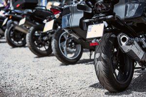 roues-arrieres-de-plusieurs-motos-stationnées