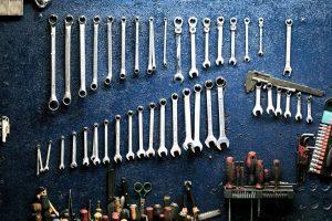 outils-sur-mur-atelier