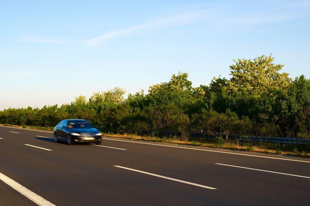 voiture-seule-autoroute
