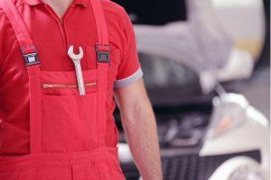 mecanicien-rouge-avec-outil