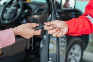 passage-clef-voiture-mains