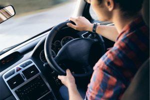 jeune-conducteur-qui-conduit-en-voiture