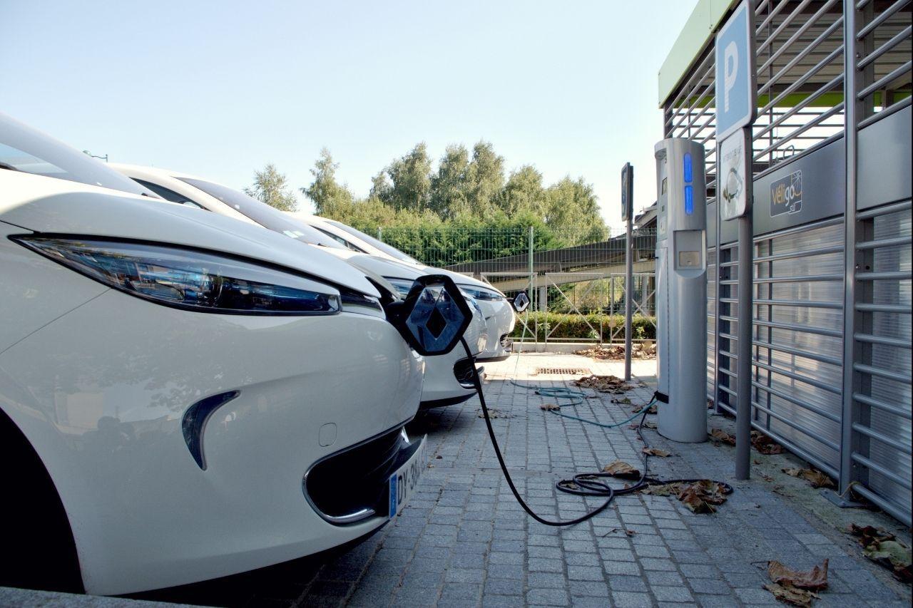 recharge-voiture-electrique-parking